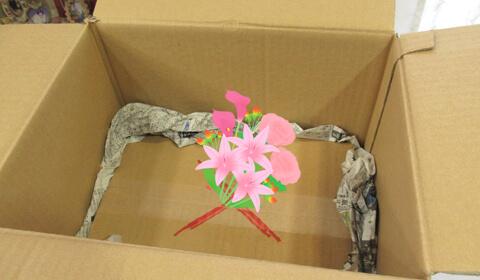 花束がぐらつかないよう新聞紙を詰めて固定します