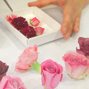 乾燥した花を立体的にデザインします